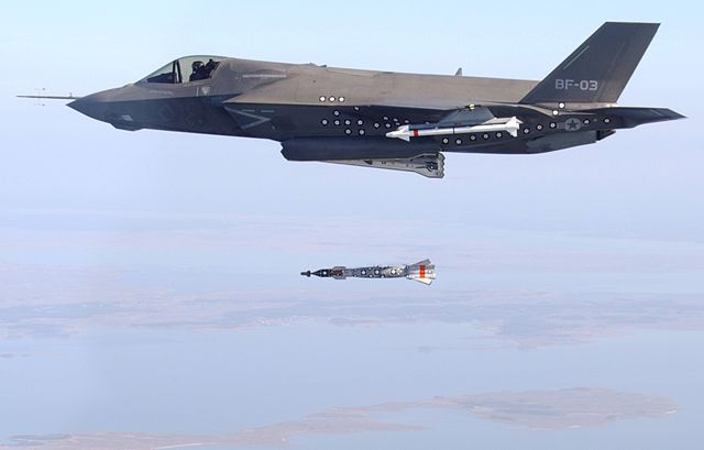 640px-An_F-35B_test_dropping_a_bomb (1)