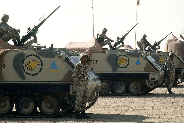 640px-Egyptian_M113_APCs_during_Operation_Desert_Shield