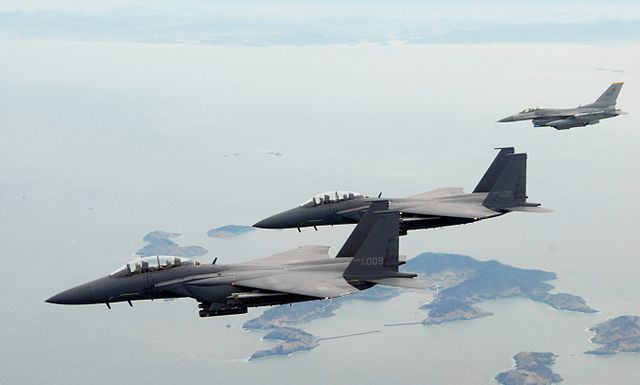 640px-F-15Ks_ROKAF_with_USAF_F-16C_2009 (1)