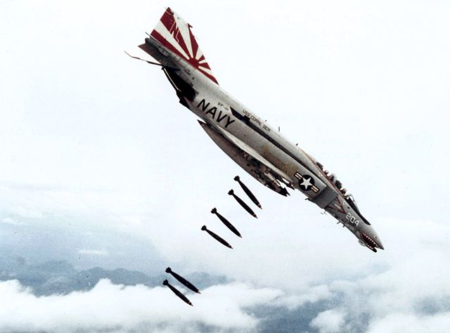 640px-F-4B_VF-111_dropping_bombs_on_Vietnam
