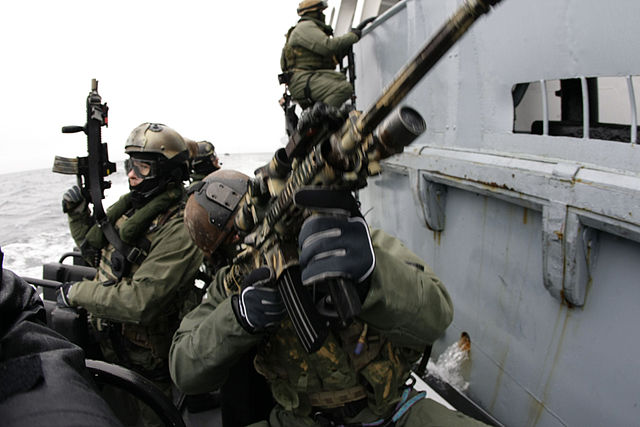 640px-GROM_with_Navy_SEALs_01