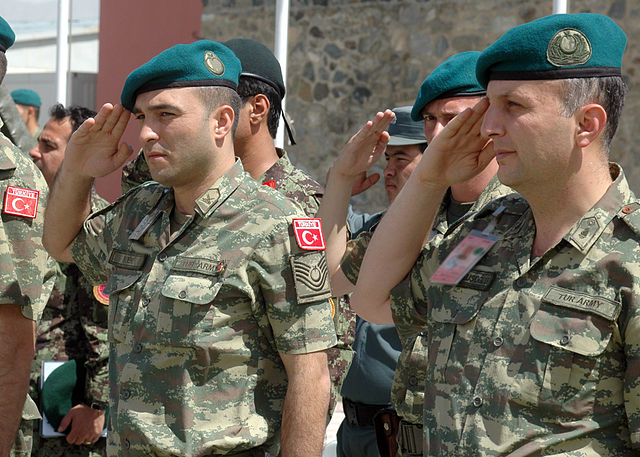 640px-Two_Turkish_soldiers_salute_(4699895014)