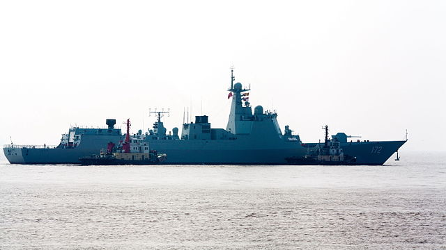 PLA_Navy_Type_052D_Destroyer_172_Kunming(昆明)_just_before_official_induction_ceremony