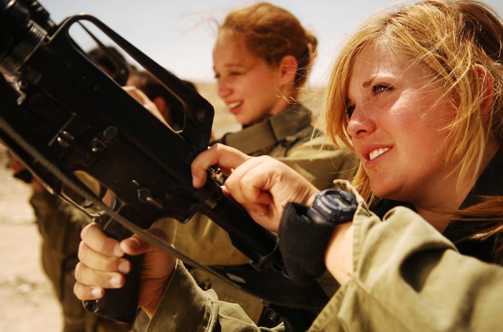 1200px-Flickr_-_Israel_Defense_Forces_-_Female_Soldiers_Unload_their_Weapons